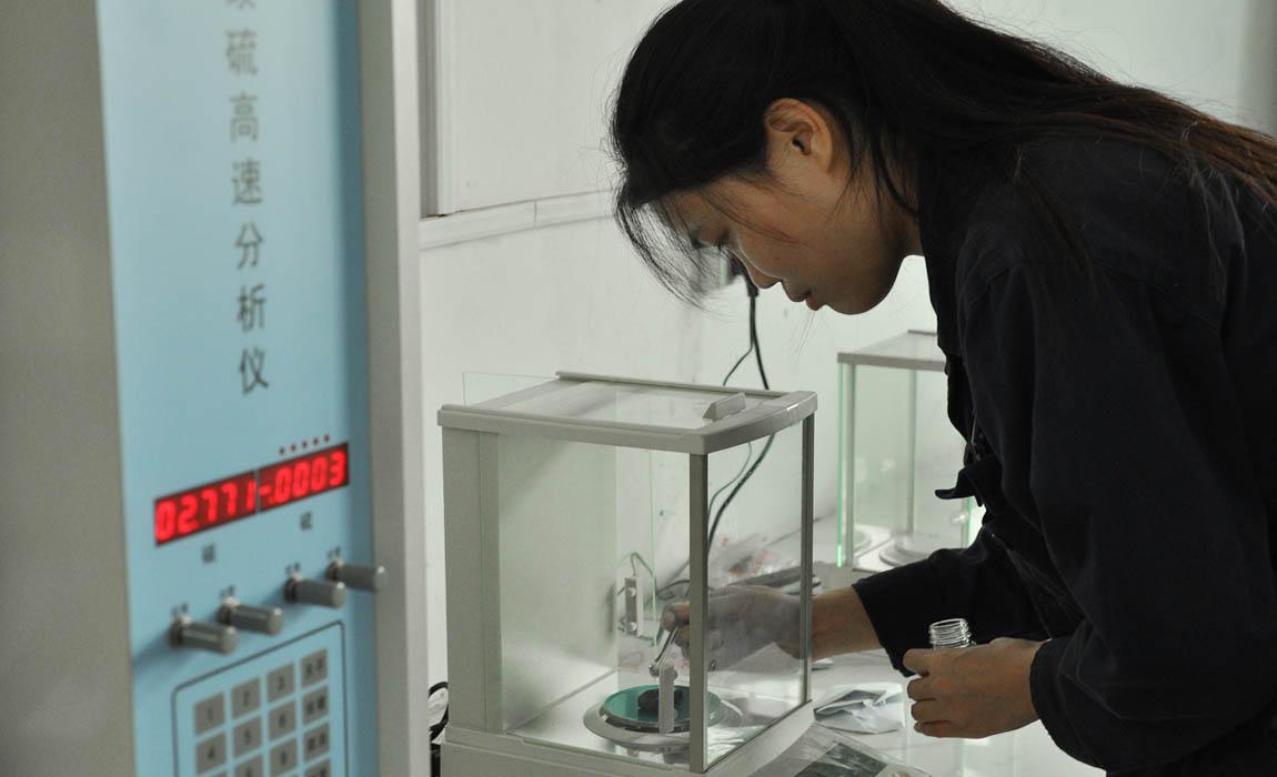 科技人员质检分析产品性能
